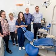 Photo a dental team around a dental chair